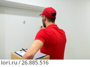 Купить «delivery man with parcel box knocking door», фото № 26885516, снято 3 декабря 2016 г. (c) Syda Productions / Фотобанк Лори