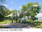 Купить «Скульптура апатозавра в палеонтологическом парке солнечным летним днем. Котельнич», фото № 26885956, снято 30 августа 2017 г. (c) Виктор Карасев / Фотобанк Лори