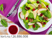 Купить «salad of apple, spinach, mozzarella, lettuce leaves, caramelize», фото № 26886008, снято 9 октября 2016 г. (c) Oksana Zhupanova / Фотобанк Лори