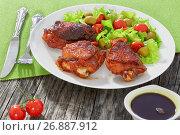 Купить «grilled chicken thighs with fresh salad, close-up», фото № 26887912, снято 10 июля 2020 г. (c) Oksana Zh / Фотобанк Лори