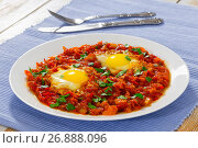 Купить «shakshuka on white dish on table mat», фото № 26888096, снято 22 августа 2018 г. (c) Oksana Zh / Фотобанк Лори