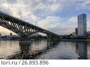 Купить «Saratov Bridge crosses the Volga River and connects Saratov and Engels, Russia (length is 2,803.7 meters)», фото № 26893896, снято 25 августа 2016 г. (c) Михаил Кочиев / Фотобанк Лори