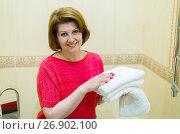Купить «women keep clean white towels in bathroom», фото № 26902100, снято 5 июня 2017 г. (c) Володина Ольга / Фотобанк Лори