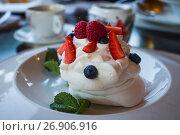Купить «Десерт Анна Павлова на тарелке в ресторане», фото № 26906916, снято 16 июня 2017 г. (c) Литвяк Игорь / Фотобанк Лори