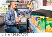 Купить «customer selecting bottle of water», фото № 26907700, снято 15 октября 2016 г. (c) Яков Филимонов / Фотобанк Лори