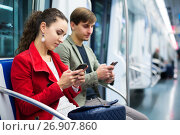 People reading news with phones. Стоковое фото, фотограф Яков Филимонов / Фотобанк Лори