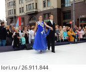 Купить «Москва отмечает 870-й день рождения. Показательные выступления по спортивным бальным танцам. Улица Охотный Ряд», эксклюзивное фото № 26911844, снято 9 сентября 2017 г. (c) lana1501 / Фотобанк Лори