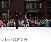 Купить «Москва отмечает 870-й день рождения. Показательные выступления по спортивным бальным танцам. Улица Охотный Ряд», эксклюзивное фото № 26912144, снято 9 сентября 2017 г. (c) lana1501 / Фотобанк Лори