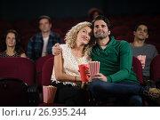 Couple watching movie in theatre. Стоковое фото, агентство Wavebreak Media / Фотобанк Лори