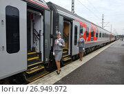 Купить «Симпатичная проводница у вагона поезда на Центральном железнодорожном вокзале в Хельсинки», фото № 26949972, снято 31 августа 2017 г. (c) Валерия Попова / Фотобанк Лори