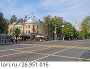 Купить «Перекресток улиц Маршала Бирюзова и Маршала Соколовского. Трёхэтажный кирпичный жилой дом, Маршала Бирюзова, 21», фото № 26951016, снято 11 сентября 2017 г. (c) Александр Замараев / Фотобанк Лори