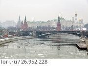 Купить «Зимний пейзаж с видом на Кремль и Москва реку, покрытую льдом, с Патриаршего моста», фото № 26952228, снято 16 февраля 2013 г. (c) Александр Гаценко / Фотобанк Лори