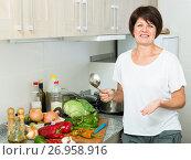 Купить «mature woman soup», фото № 26958916, снято 17 ноября 2018 г. (c) Яков Филимонов / Фотобанк Лори