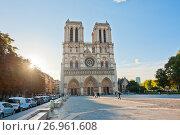 Вид на собор Парижской Богоматери (Нотр-Дам-де-Пари; Notre Dame de Paris) осенним утром. Париж. Франция (2017 год). Редакционное фото, фотограф E. O. / Фотобанк Лори