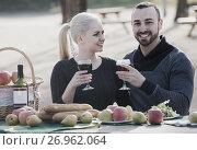 Купить «couple having picnic in sunny spring day at countryside», фото № 26962064, снято 15 ноября 2018 г. (c) Яков Филимонов / Фотобанк Лори