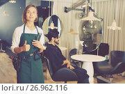 Купить «positive woman hairdresser thumbs up», фото № 26962116, снято 23 февраля 2018 г. (c) Яков Филимонов / Фотобанк Лори