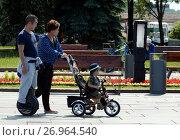 Купить «Люди гуляют на Поклонной горе в День России. Москва», фото № 26964540, снято 12 июня 2015 г. (c) Free Wind / Фотобанк Лори