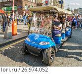 Экскурсионный электроавтобус на Тверской улице во время праздника Дня города, фото № 26974052, снято 10 сентября 2017 г. (c) Виктор Тараканов / Фотобанк Лори