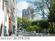 Вид на собор Парижской Богоматери (Нотр-Дам-де-Пари; Notre Dame de Paris) ранней осенью. Париж. Франция (2017 год). Редакционное фото, фотограф E. O. / Фотобанк Лори