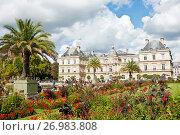 Купить «Вид на Люксембургский дворец (Palais du Luxembourg) из Люксембургского сада (Jardin du Luxembourg). Солнечно. Париж. Франция», фото № 26983808, снято 15 сентября 2017 г. (c) E. O. / Фотобанк Лори