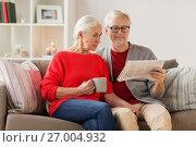 Купить «happy senior couple reading newspaper at christmas», фото № 27004932, снято 14 сентября 2017 г. (c) Syda Productions / Фотобанк Лори