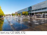 Купить «Moscow, Russia - September 24. 2017. Fountain on Crimean embankment in front of new Tretyakov Gallery», фото № 27005172, снято 24 сентября 2017 г. (c) Володина Ольга / Фотобанк Лори
