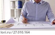 Купить «male architect with blueprint taking notes», видеоролик № 27010164, снято 7 сентября 2017 г. (c) Syda Productions / Фотобанк Лори