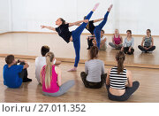 Купить «Dance teacher demonstrates stretching position», фото № 27011352, снято 26 апреля 2017 г. (c) Яков Филимонов / Фотобанк Лори