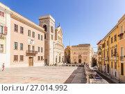 Купить «Кальяри, Сардиния, Италия. Дом архиепископа (ранее 1300 г.), кафедральный собор (XIII в.) и старая ратуша (XIV в.) на Дворцовой площади», фото № 27014992, снято 8 июля 2016 г. (c) Rokhin Valery / Фотобанк Лори