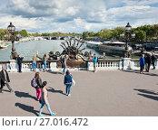 Купить «Прохожие на мосту Александра III (Pont Alexandre III) в солнечный день ранней осенью. Париж. Франция», фото № 27016472, снято 16 сентября 2017 г. (c) E. O. / Фотобанк Лори