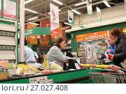 Купить «Кассир на кассе супермаркета Окей за работой», фото № 27027408, снято 30 сентября 2017 г. (c) Юлия Юриева / Фотобанк Лори