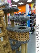 Купить «Zelenograd, Russia - September 15. 2017. Scratching posts at pet store Four paws at mall Panfilov», фото № 27027532, снято 15 сентября 2017 г. (c) Володина Ольга / Фотобанк Лори