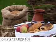 Купить «Деревенский натюрморт: Яблоки, хлеб, Горшок с молоком и мешок с пшеницей», фото № 27029168, снято 26 августа 2017 г. (c) Литвяк Игорь / Фотобанк Лори