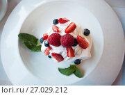 Купить «Десерт Анна Павлова на тарелке в ресторане», фото № 27029212, снято 16 июня 2017 г. (c) Литвяк Игорь / Фотобанк Лори