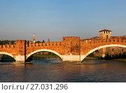 Мост Скалигеров через реку Адидже вечером. (Фрагмент) Верона, Италия (2017 год). Стоковое фото, фотограф Сергей Афанасьев / Фотобанк Лори