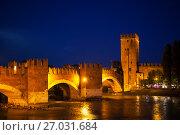 Мост Скалигеров через реку Адидже вечером. Верона, Италия (2017 год). Стоковое фото, фотограф Сергей Афанасьев / Фотобанк Лори