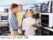 Купить «Family buying modern microwave», фото № 27039196, снято 22 августа 2018 г. (c) Яков Филимонов / Фотобанк Лори