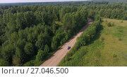 Купить «Легковой автомобиль на лесной дороге, вид сверху», видеоролик № 27046500, снято 3 октября 2017 г. (c) Кекяляйнен Андрей / Фотобанк Лори