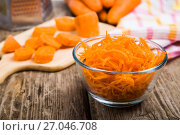 Grate carrots in a bowl. Стоковое фото, фотограф Елена Блохина / Фотобанк Лори