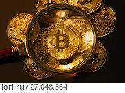 Купить «Золотые монеты криптовалюты Биткоин под увеличительным стеклом на темном фоне», фото № 27048384, снято 3 октября 2017 г. (c) Николай Винокуров / Фотобанк Лори