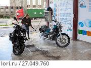 Купить «Молодая женщина мотоциклист моет мотоциклы на мойке самообслуживания», фото № 27049760, снято 16 сентября 2017 г. (c) Кекяляйнен Андрей / Фотобанк Лори