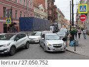 Купить «Автомобильный затор на улице Рубинштейна, город  Санкт-Петербург», эксклюзивное фото № 27050752, снято 24 мая 2017 г. (c) Дмитрий Неумоин / Фотобанк Лори