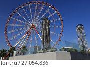 Купить «Скульптура «Али и Нино», статуя любви и колесо обозрения в Батуми, Аджария. Грузия», фото № 27054836, снято 25 сентября 2017 г. (c) Яна Королёва / Фотобанк Лори