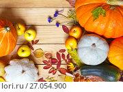 Купить «Осенний дачный натюрморт со спелыми тыквами, яблоками и опавшими листьями на деревянном фоне», фото № 27054900, снято 6 октября 2017 г. (c) Виктория Катьянова / Фотобанк Лори