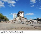 Купить «Руины после сноса здания Центрального автовокзала. Район Гольяново. Город Москва», эксклюзивное фото № 27058624, снято 14 мая 2017 г. (c) lana1501 / Фотобанк Лори