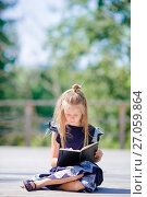 Купить «Adorable little school girl with notes and pencils outdoor. Back to school.», фото № 27059864, снято 21 августа 2017 г. (c) Дмитрий Травников / Фотобанк Лори