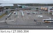 Купить «Вид на автобусную остановку международного аэропорта Вантаа. Хельсинки, Финляндия», видеоролик № 27060304, снято 30 сентября 2017 г. (c) Виктор Карасев / Фотобанк Лори