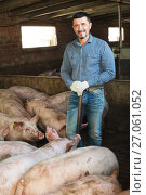 Купить «Man farmer standing in pigsty», фото № 27061052, снято 16 октября 2018 г. (c) Яков Филимонов / Фотобанк Лори