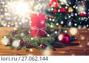 Купить «fir branch wreath with candle on wooden table», фото № 27062144, снято 1 октября 2015 г. (c) Syda Productions / Фотобанк Лори