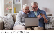 Купить «happy senior couple with laptop and credit card», видеоролик № 27070556, снято 20 сентября 2017 г. (c) Syda Productions / Фотобанк Лори